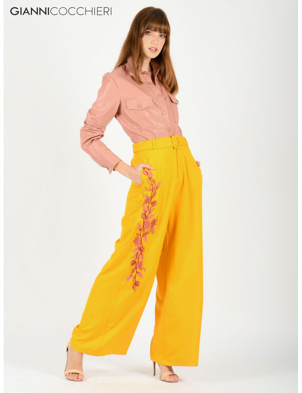 calça pantalona amarela bordada